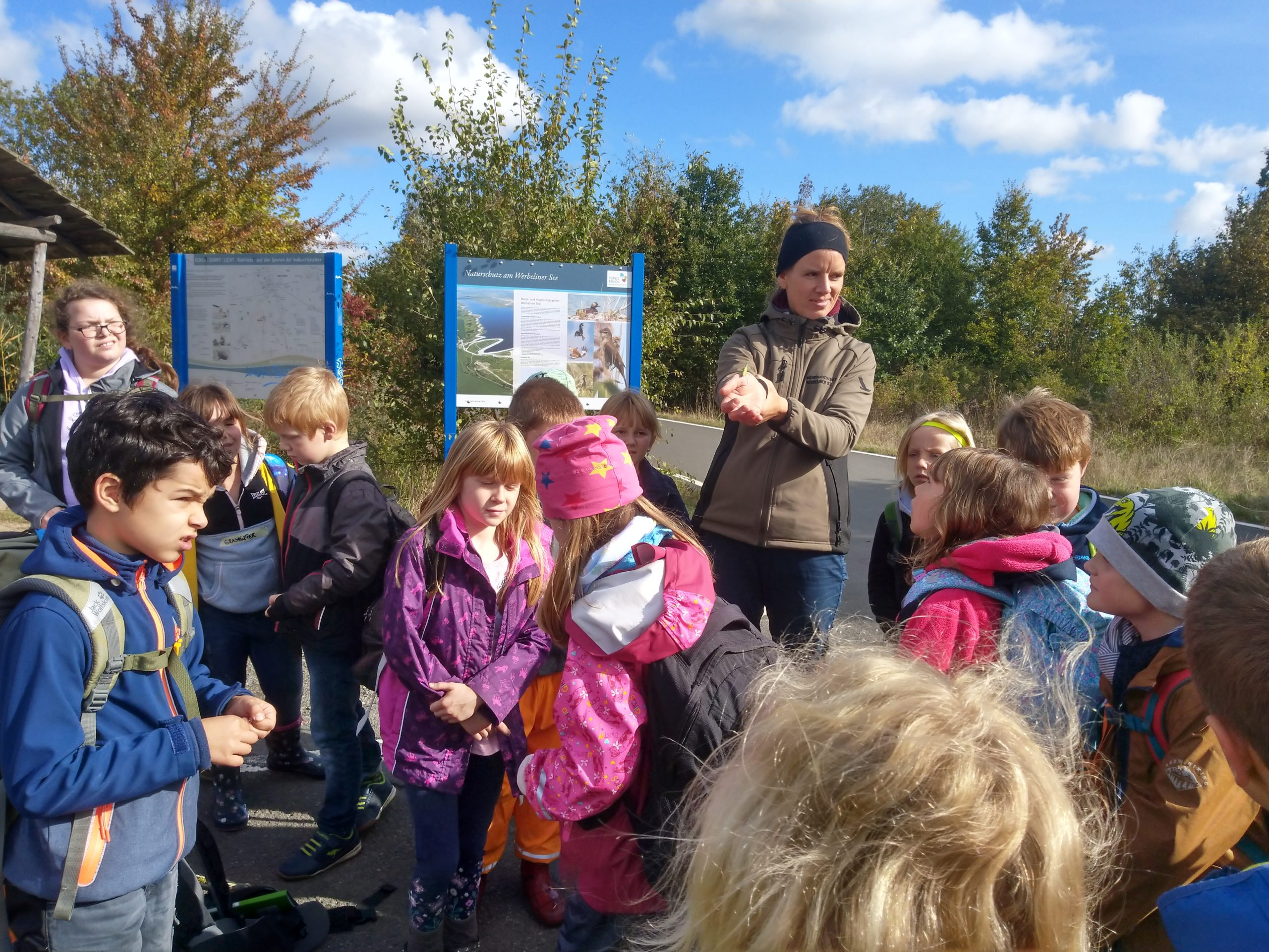 Exkursion in der Wiese – Die Kinder haben sogar eine Gottesanbeterin gefunden